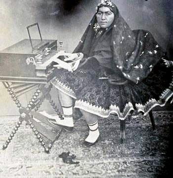 عکس: پیانونوازی همسر «ناصرالدینشاه»