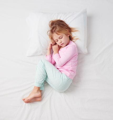 بهترین سن جدا کردن جای خواب کودک