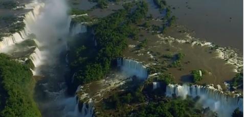 پرواز با پاراگلایدر بر فراز عریض ترین آبشار جهان