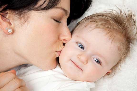 چرا باید کودکانمان را ببوسیم؟