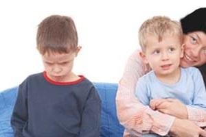 با بچهای که دستِ بزن دارد چه کار کنیم؟!