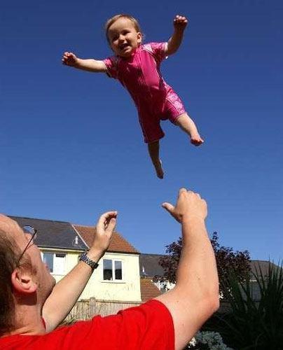 دیگر بچه تان را بالا نیندازید