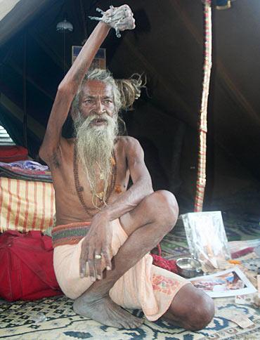 مرد هندو چهل سال دستش را بالا نگه داشت