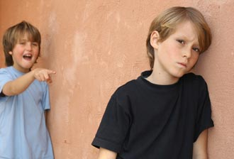 با بچههای قلدر چگونه رفتار کنیم؟