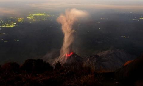 تصاویری کم نظیر از دهانه آتشفشان در گواتمالا