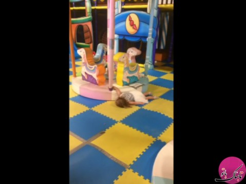 کشیده شدن عجیب دختر بچه توسط چرخ و فلک