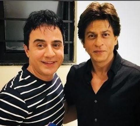 شوخی عموپورنگ با شاهرخ خان در یک ملاقات حضوری