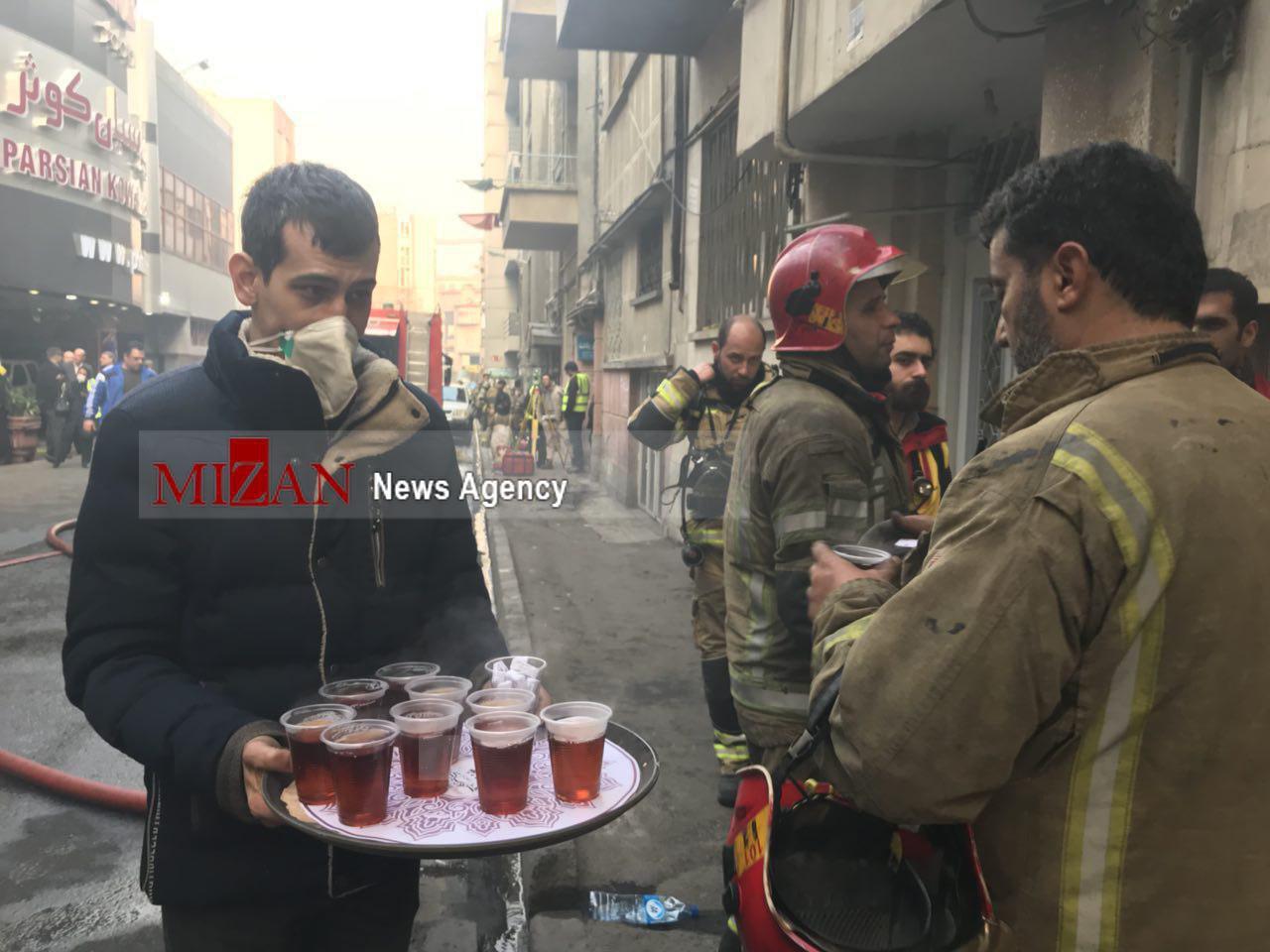 پذیرایی مردم از آتشنشانان خیابان ولیعصر