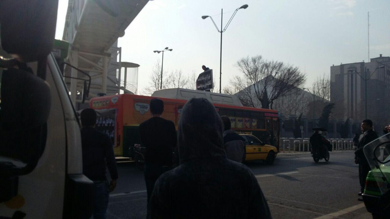 تجمع اتوبوسی مقابل ساختمان مجلس +عکس