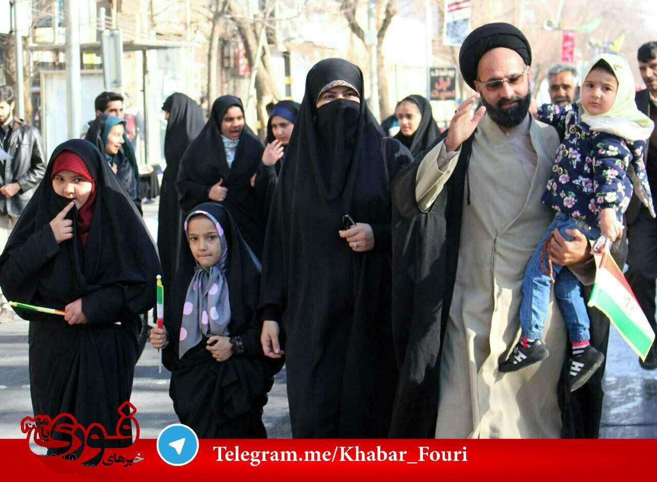 کارشناس یزدی معروف با همسرش در راهپیمایی +عکس