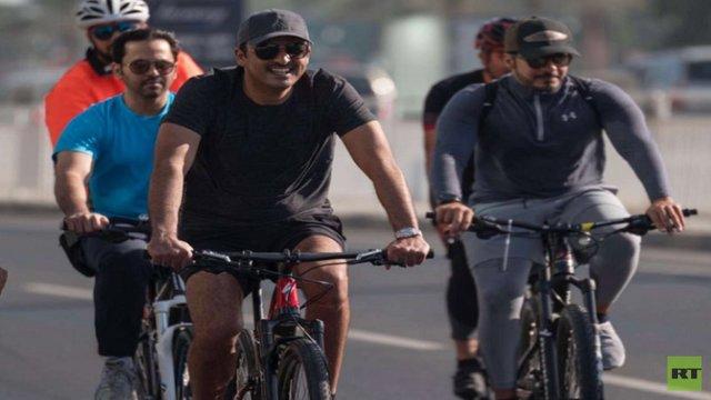 امیر قطر سوار بر دوچرخه در خیابانهای دوحه +عکس