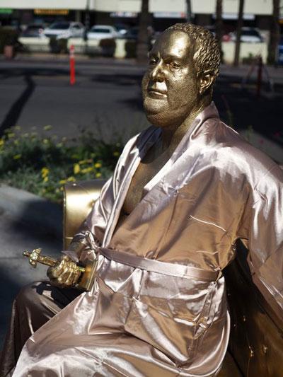 نصب مجسمه تهیه کنندهی فاسد در هالیوود+عکس