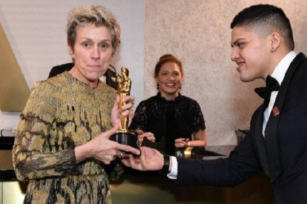 سرقت جایزه اسکار بازیگر زن در مراسم دیشب +عکس