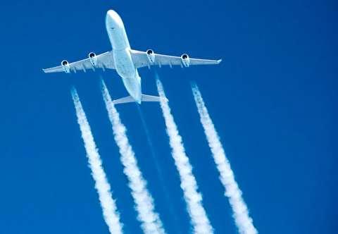 چرا هواپیماها یک دنباله سفید ابری به جا می گذارند؟
