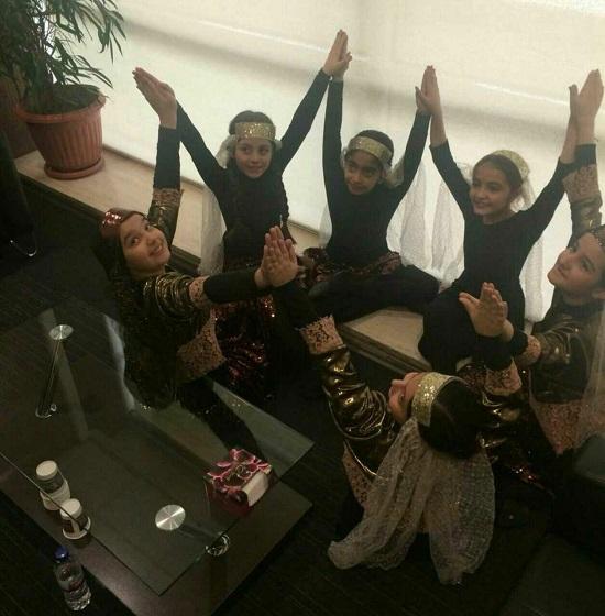 دخترانی که در حضور شهردار، رقص محلی کردند+عکس