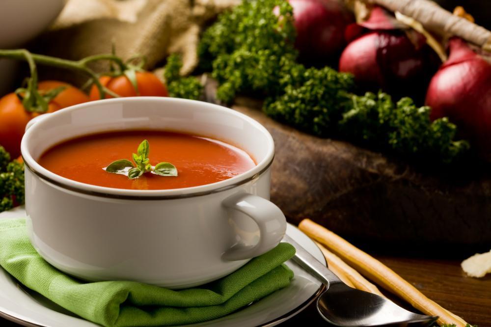 «سوپ گوجه فرنگی و سبزیجات» با نان برشته