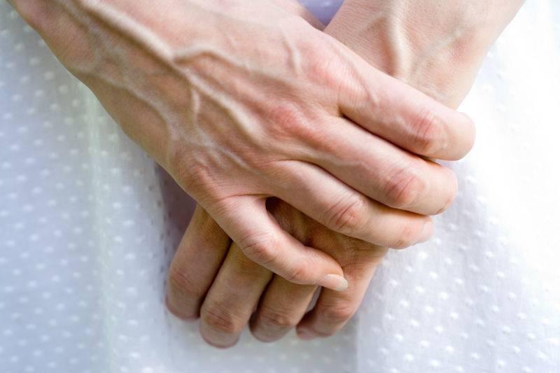 دلایل پیر به نظر رسیدن دست ها و راه درمان آن