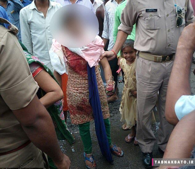 مرد هندی دست دختری را در خیابان قطع کرد + عکس