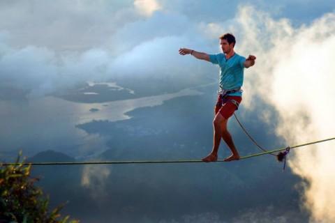 پیاده روی در ارتفاع 500 متر بالاتر از سطح زمین روی بند