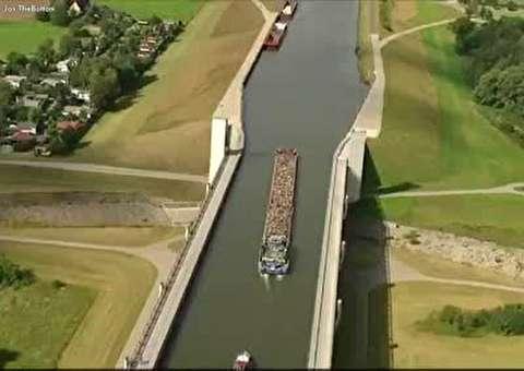 پلی برای عبور کشتی ها از روی رودخانه ای دیگر