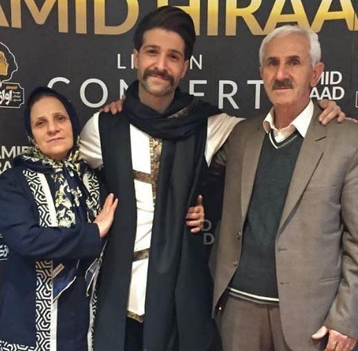 خواننده جنجالی در کنار پدر و مادرش +عکس