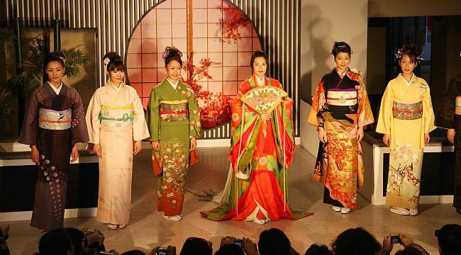 کیمونو چیست؟ تاریخچه لباس سنتی کشور ژاپن {hendevaneh.com}{سایتهندوانه} - 216707 313 - کیمونو چیست؟ تاریخچه لباس سنتی کشور ژاپن