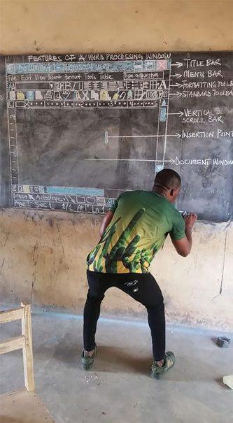 معلمی که بدون کامپیوتر به دانش آموزانش word میآموزد+عکس
