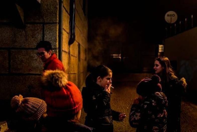 تشویق والدین به سیگار کشیدن کودکان+عکس