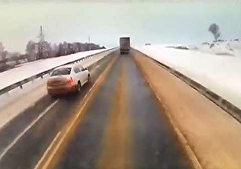 حادثه هولناک هنگام سبقت در جاده برفی