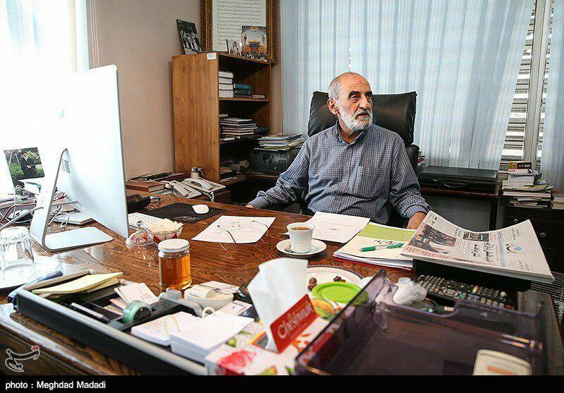 کامپیوتر آمریکایی حسین شریعتمداری در دفتر کارش +عکس