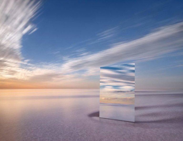 این عکاس یک آینه بزرگ را در یک صحرای نمک قرار داد، نتیجهاش این عکسهای زیبا بود
