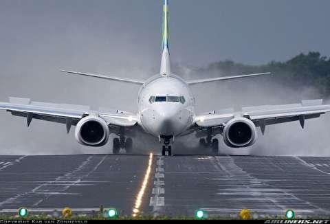 فداکاری دلهره آور کارمند فرودگاه هنگام باز نشدن چرخ هواپیما