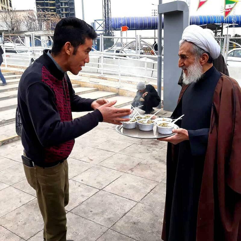 پذیرایی امام جمعه تهران در ایستگاه صلواتی+عکس
