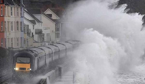 قطار مسافربری در میان امواج خروشان+عکس