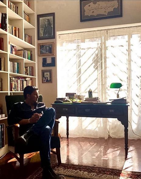عکس بدون تاریخ «حامد بهداد» در اتاق پدرش