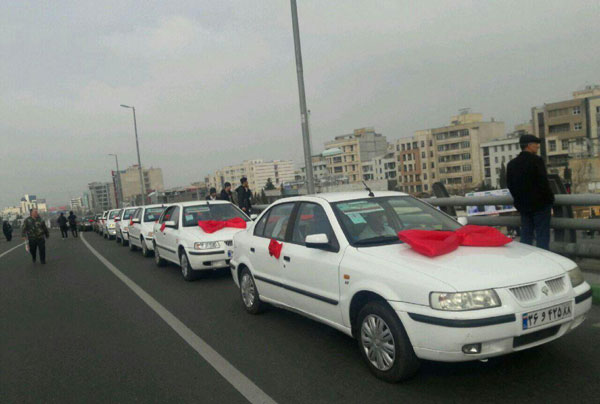 کاروان ۴۰ عروس و داماد در راهپیمایی کرج+عکس