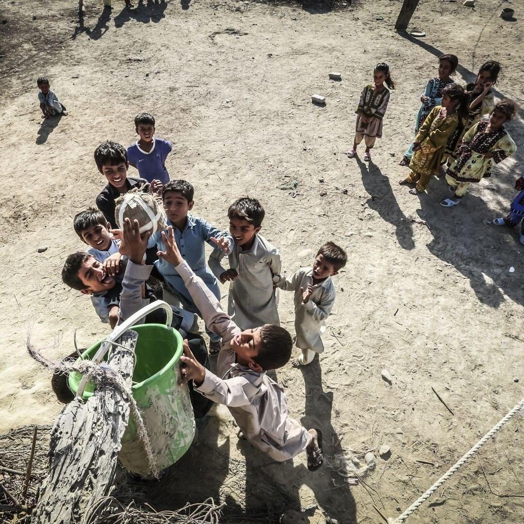 تصویر زیبایی از بچههای سیستان و بلوچستان که جهانی شد