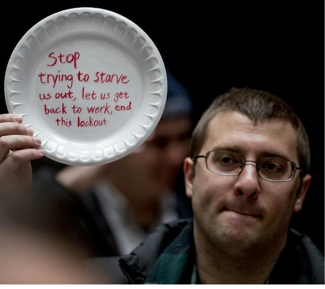 پیام یک کارمند آمریکایی به ترامپ برروی بشقاب خالی+عکس