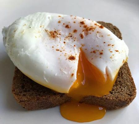 طرز تهیه تخم مرغ آب پز بدون پوست