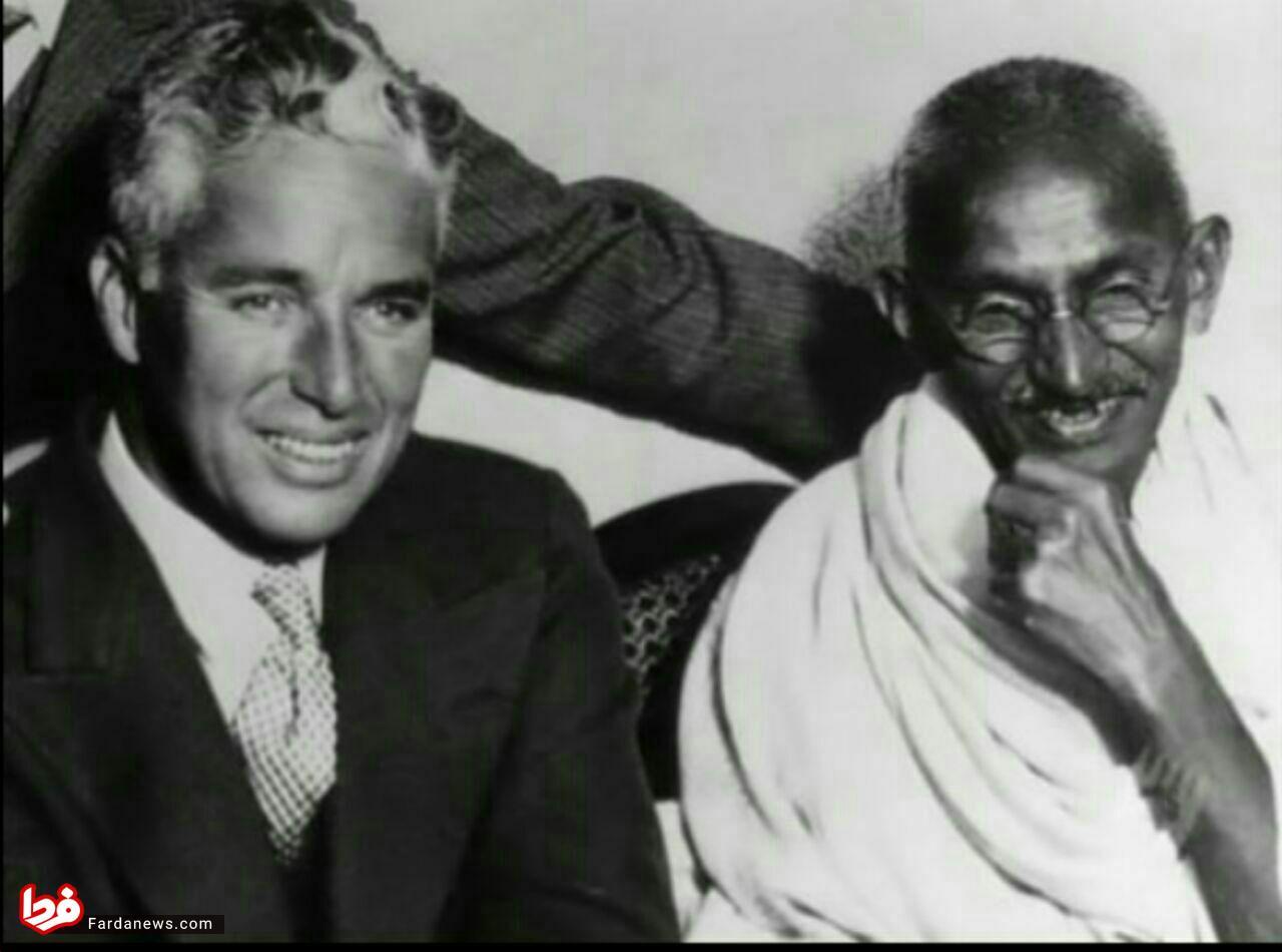 مهاتما گاندی در مهمانی ضیافت چارلی چاپلین +عکس