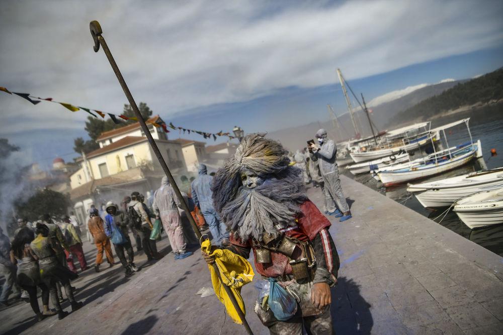 شرکت کنندگان جشن سنتی «نبرد آردی» در یونان