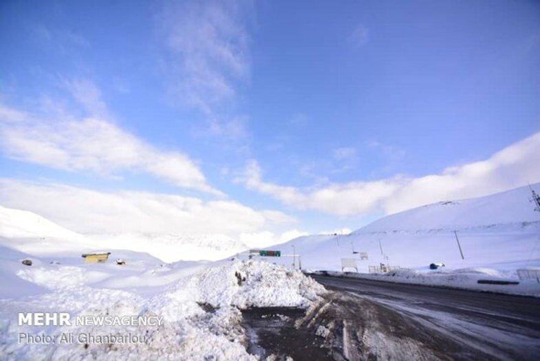 بارش برف عجیب در یک جاده شمالی+عکس