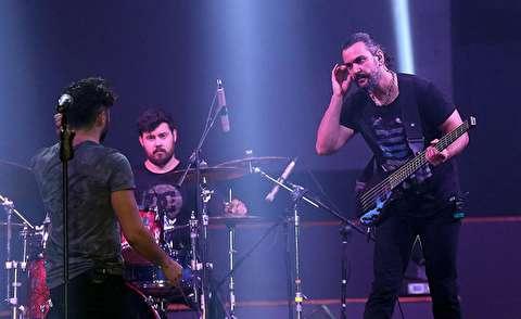 سقوط خواننده معروف از روی سن حین اجرای کنسرت