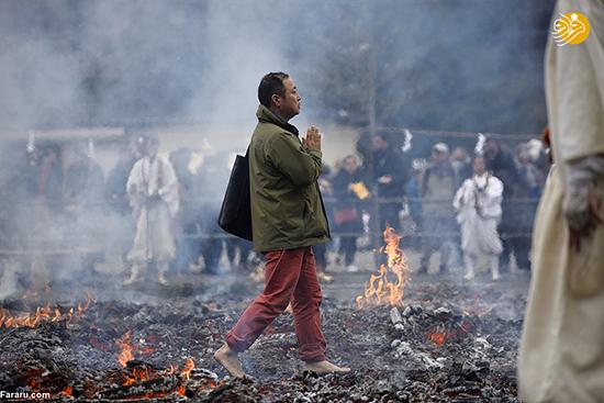 راه رفتن با پای برهنه روی زغال آتشین!