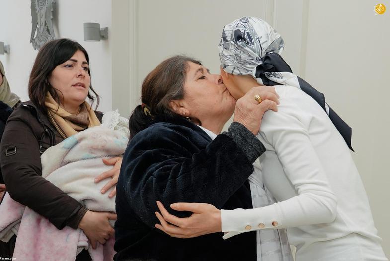 استقبال اسماء اسد از خانوادههای سه شهید+عکس