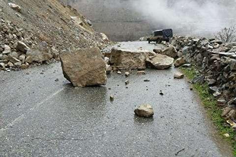 لحظه ریزش کوه و مسدود شدن جاده