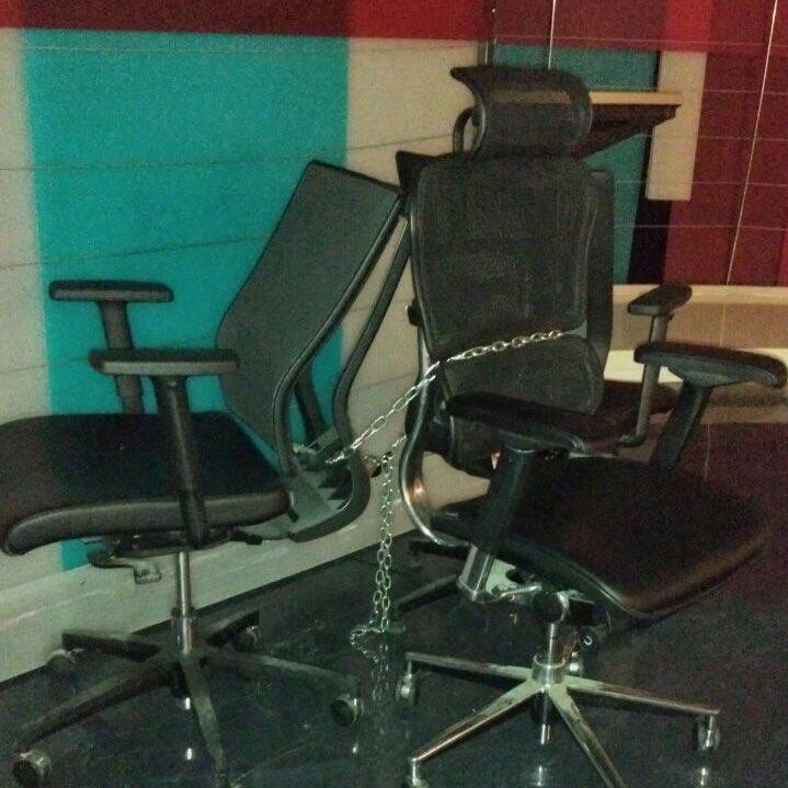 صندلی های زنجیر شده عادل فردوسی پور در ۹۰ + عکس