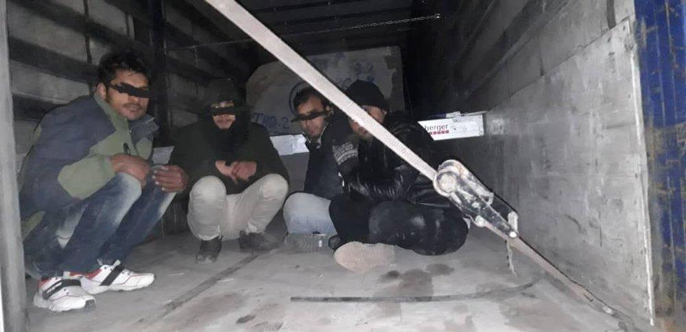 کشف ۱۰ انسان قاچاق در بار سنگ و آلومینیوم +عکس
