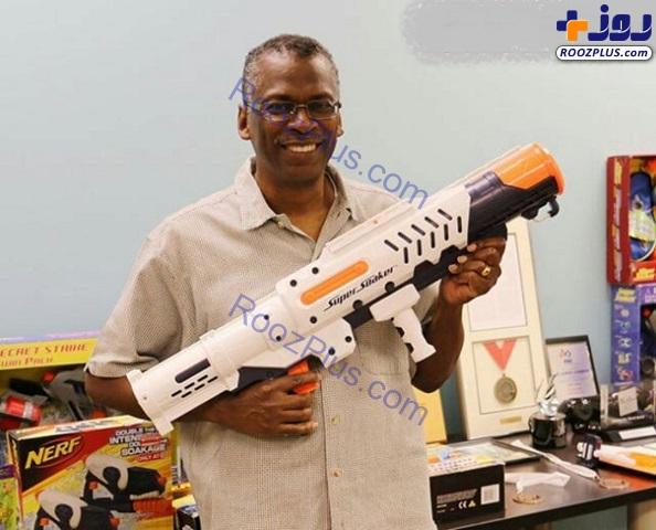 دانشمندی که مخترع تفنگ آبپاش است+عکس