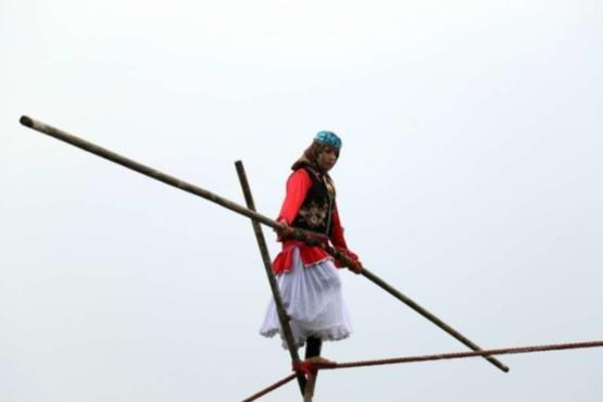 بندبازی یک زن در گیلان +عکس